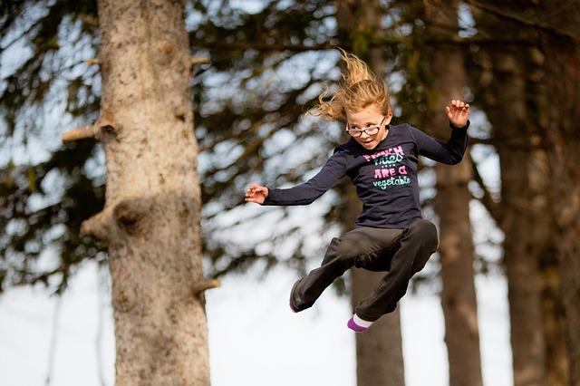 hopkající dívka