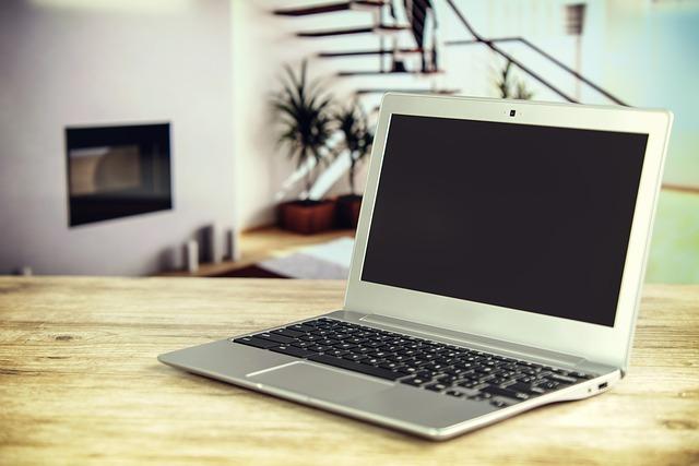 stůl a laptop