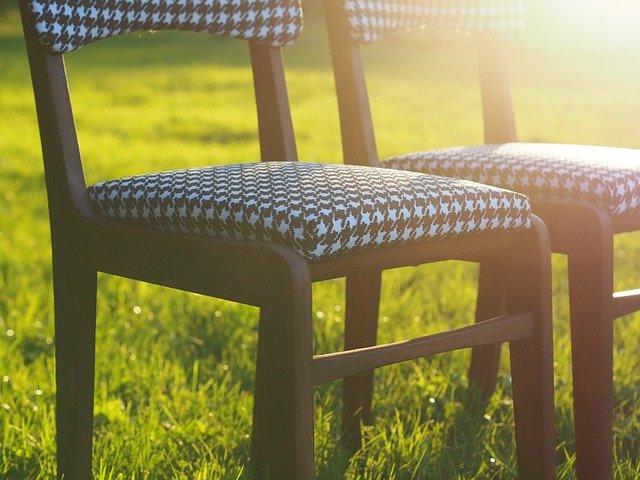 židle na trávníku