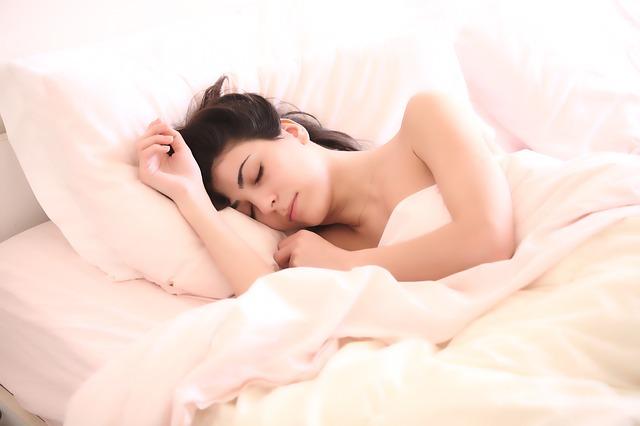 spící černovláska